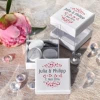 6 weiße Schachteln für Gastgeschenke zur Hochzeit mit Herzen, Namen und Datum
