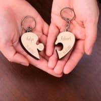 Paaranhänger Puzzleteile in Herzform mit Namen und Datum