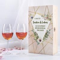 Gravierte Weingläser in Holzverpackung mit Blüten, Namen & Datum zur Hochzeit