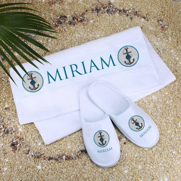 Maritimes Set aus Handtuch und Pantoffeln