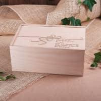 Präsentbox aus Holz mit Schleife und persönlicher Gravur