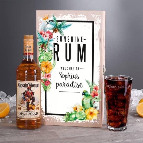 Rum-Kiste mit tropischem Motiv, Captain Morgan und Longdrinkglas