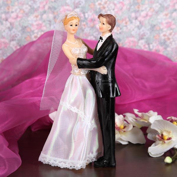 umarmendes Hochzeitspaar