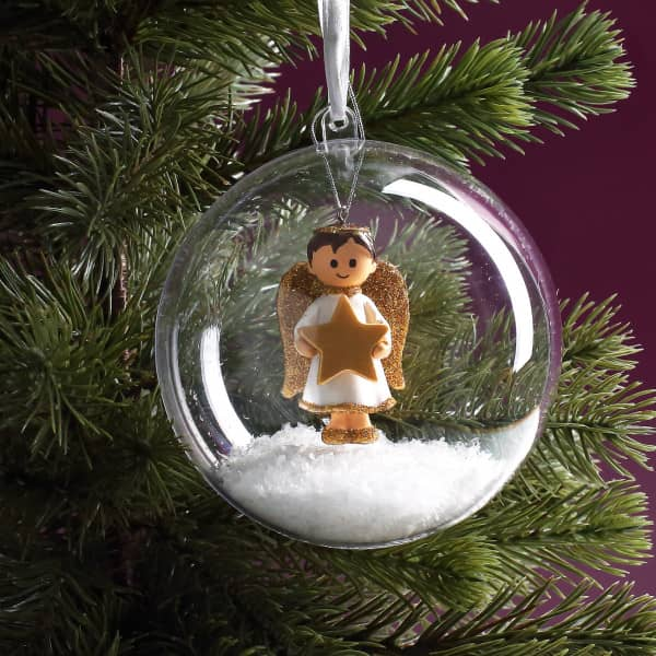 Transparente Weihnachtskugel mit Engel und Deko-Schnee