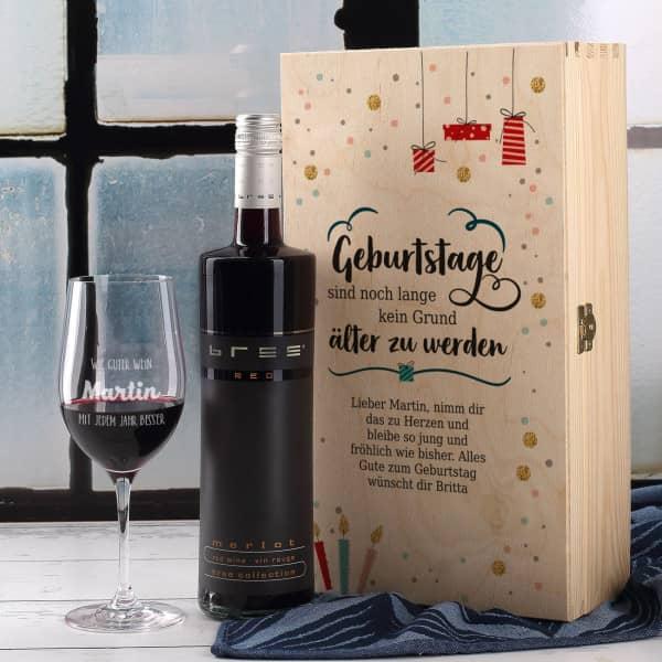 Holzbox, graviertes Weinglas und Weinflasche im Set