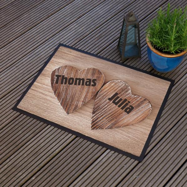 Fußmatte mit Holzherzen für Verliebte