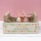 Holzkiste zu Ostern mit buntem Aufdruck