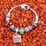 Bettelarmband mit Fotoanhänger in Grün, Rot und Silber