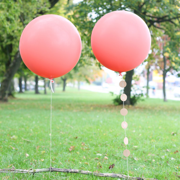Zwei große Latexballons in Coral