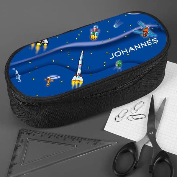 Stiftebox mit Raketen im Weltraum
