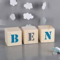 Holzwürfel mit Ihrem Wunschnamen zur Geburt für Jungs
