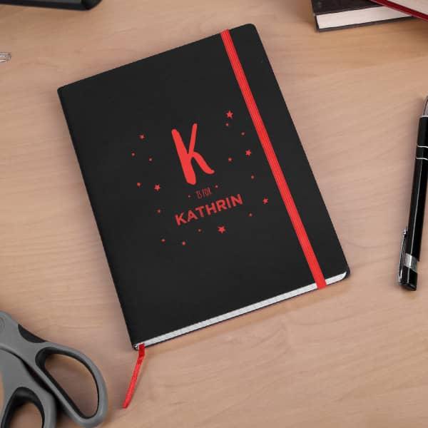Graviertes Notizbuch mit Name und Initiale in rot oder blau