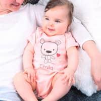 Rosa Body mit süßem Teddymotiv und Namensaufdruck