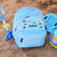 Hellblauer Kindergartenrucksack mit bunten Autos und Namensaufdruck