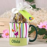 Tasse mit Schmetterlingsmotiv und Schokoladenkugel-Füllung