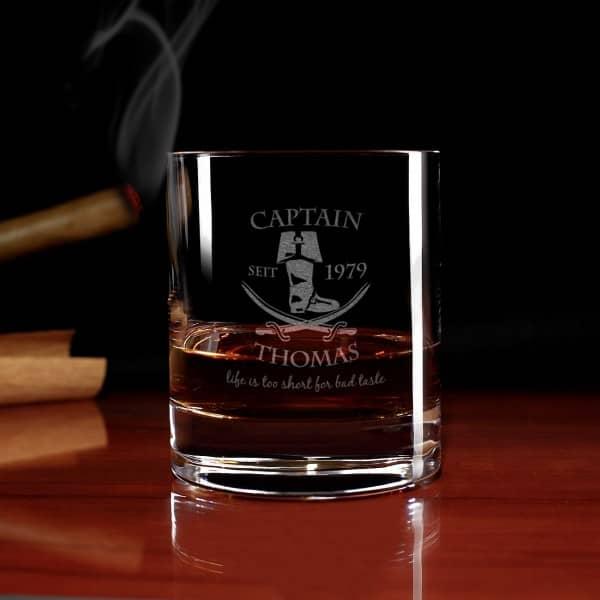 Glas für Ihren Rum garviert mit Piratenstiefel, Name und Geburtsjahr