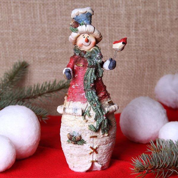 Schneemannfigur in Kegelform mit Vogel in der Hand