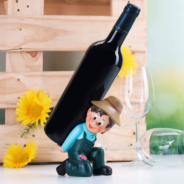 Fröhlicher Gärtner als Flaschenhalter