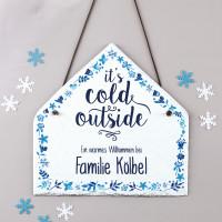 Schiefertafel Haus bedruckt mit zwei Wunschzeilen - it's cold outside