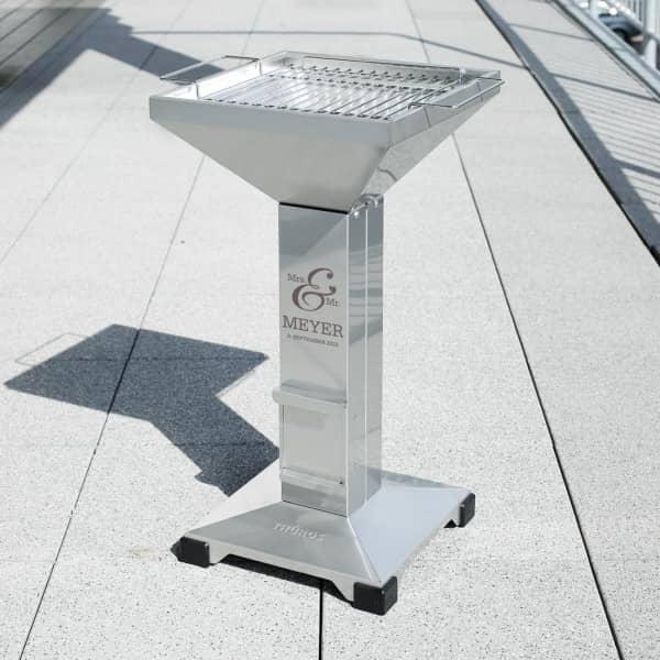 Gravierter Thüros T2 Edelstahl Säulengrill für Holzkohle als Hochzeitsgeschenk
