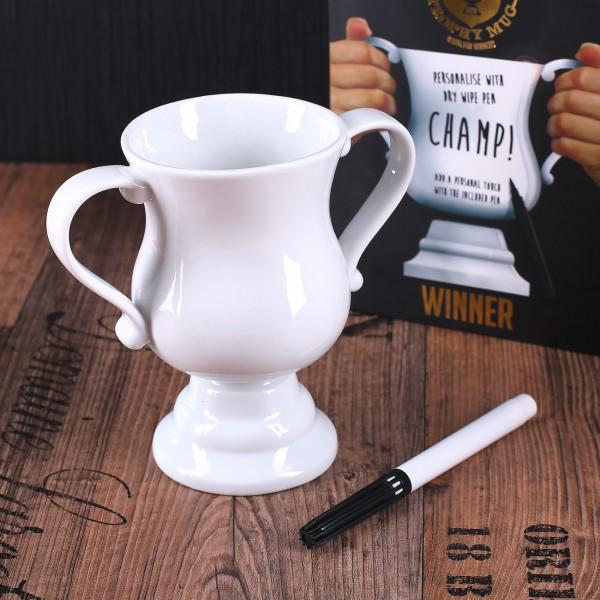 weißer Keramikbecher in der Form eines Pokals