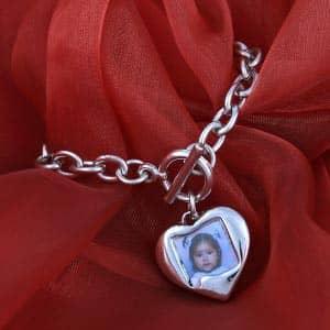 Silbernes Armband mit Herzanhänger für ein Foto