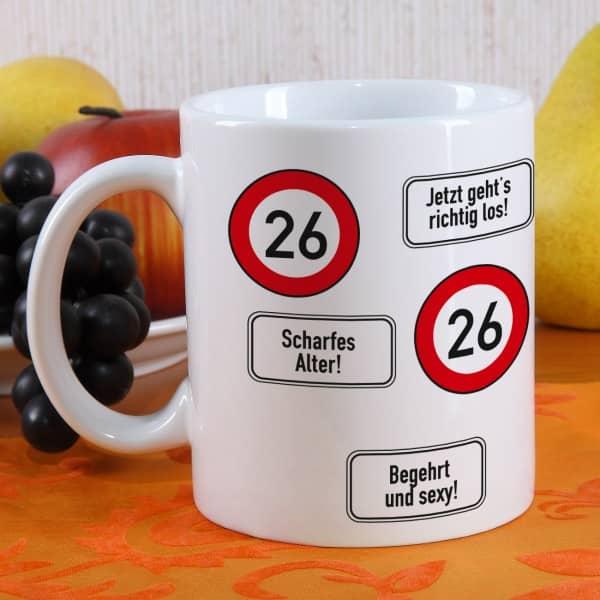 große Kaffeetasse zum 26. Geburtstag mit Verkehrszeichen 26