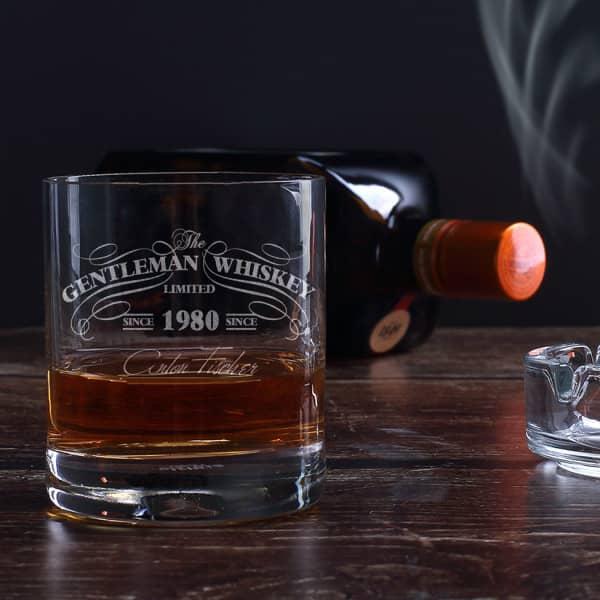 Graviertes Whiskyglas im Gentleman-Whisky-Design mit Wunschname und  Geburtsjahr