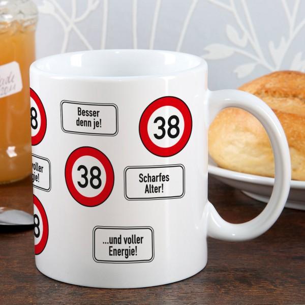 große Kaffeetasse zum 38. Geburtstag mit Verkehrszeichen 38