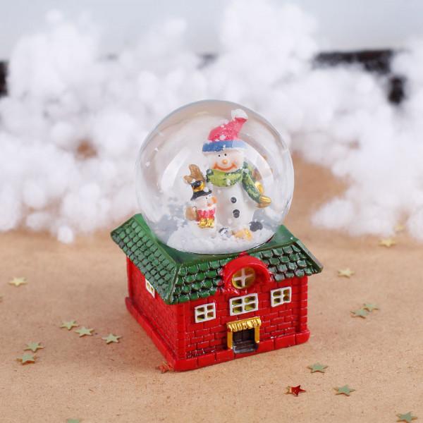 Schneekugel: Großer und Kleiner Schneemann auf rotem Haus