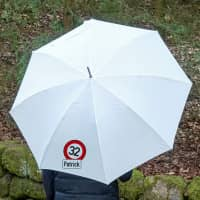 Regenschirm mit persönlichem Verkehrszeichen und Namensaufdruck