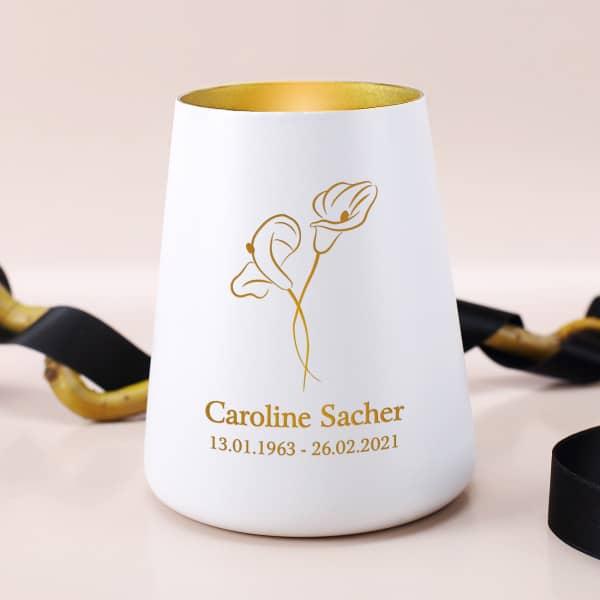 Weißes Trauerlicht mit goldener Innenseite und mit Calla, Name und Datum graviert