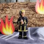 Kleine Feuerwehrmann-Figur mit einer Axt