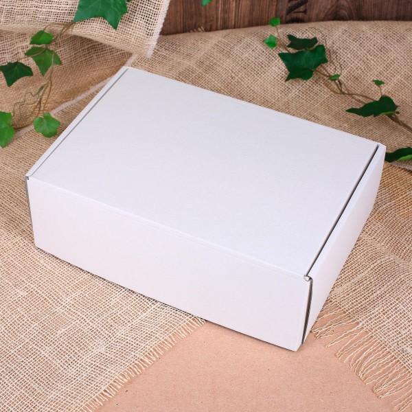 weiße Geschenkverpackung aus Pappe
