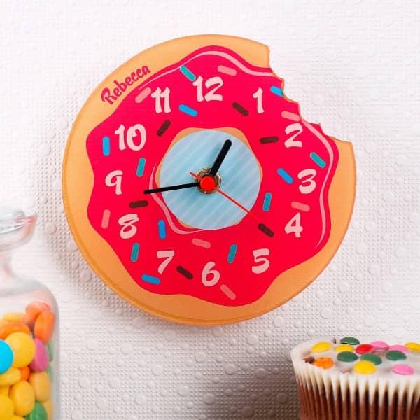 Persönliche Uhr aus Acryl als Donut mit Wunschname