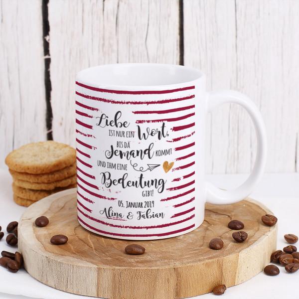 Tasse mit romantischem Spruch auf rot gestreiftem Hintergrund