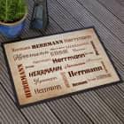 Braune Fußmatte mit Ihrem Namen in verschiedenen Schriftarten