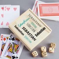 Spielbox aus Holz mit Pokerkarten und Würfeln