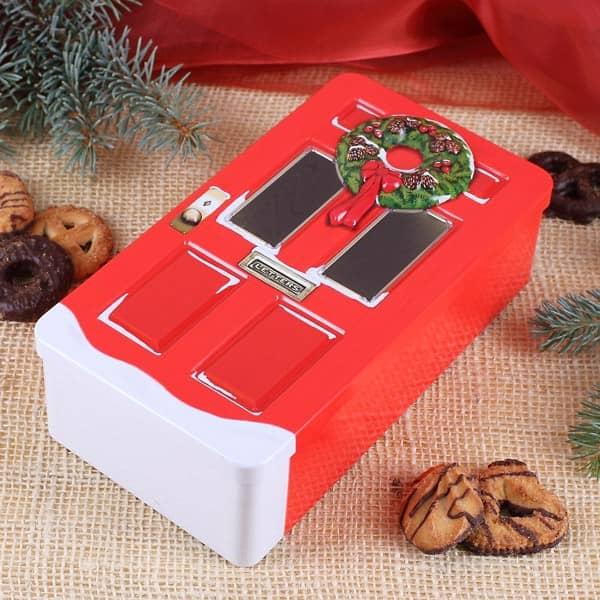 rote Blechdose mit Weihnachtstür