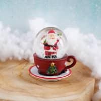 Schneekugel Weihnachtsmann auf roter Tasse