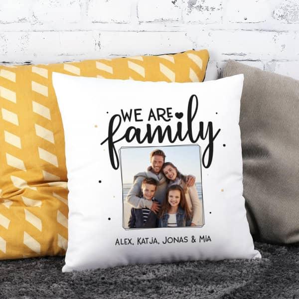 Individuellfotogeschenke - We are family Fotokissen mit Ihrem Wunschtext - Onlineshop Geschenke online.de