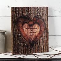 Holzbrett mit Aufdruck Baumstamm Rinde und Namen - Herz