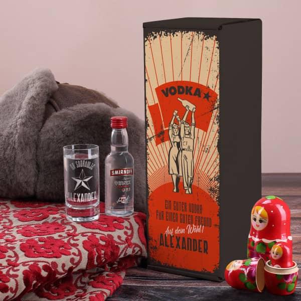 russisch nostalgisch kommunistisches Vodka Geschenk-Set mit Vodka Smirnoff Flasche grviertem Vodkaglas und bedruckter Geschenkverpackung