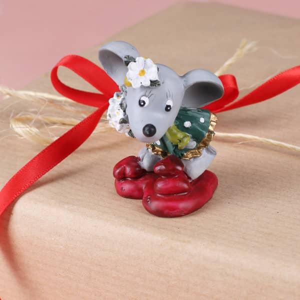 Kleine Deko Maus mit Blumen und Herzen