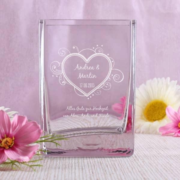 gravierte Vase mit Herz, Namen, Datum und Wunschtext