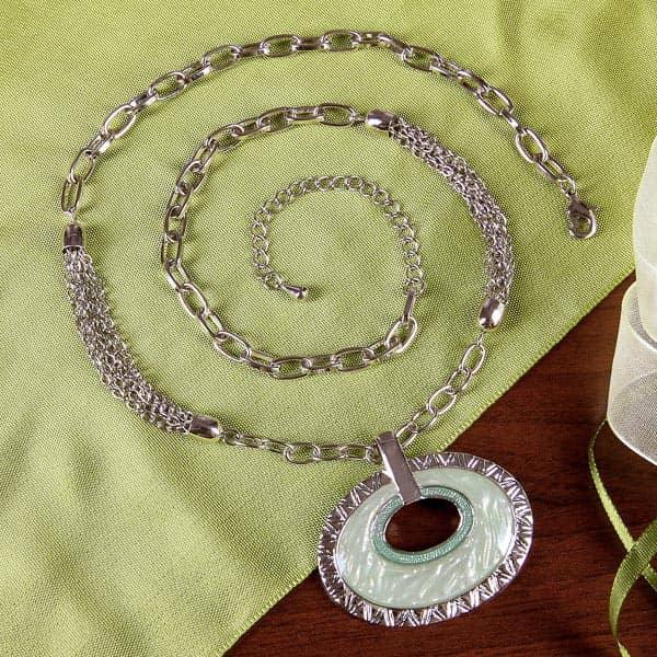 Halskette mit ovalem Anhänger