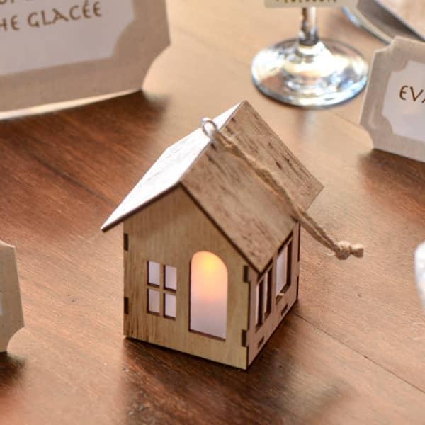 Leuchtendes Dekohaus aus Holz