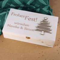 Geschenkverpackung zu Weihnachten mit Holzbaum und Gravur