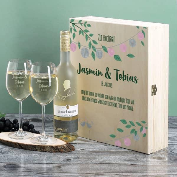Gravierte Weingläser und Wein in festlicher Holzverpackung zur Hochzeit
