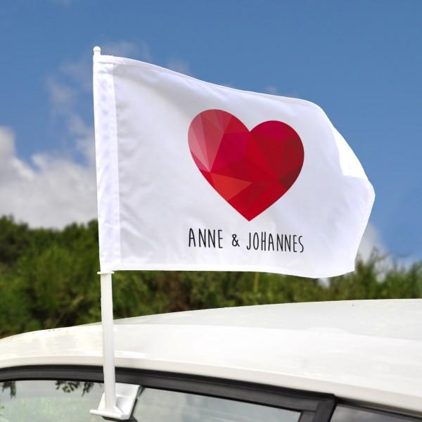Autofahne mit Herz und Namen der Blickfang auf jeder Hochzeit